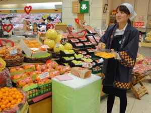鹿児島県内の百貨店における試食・宣伝販売の様子